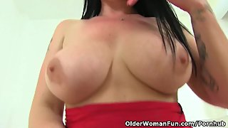 British milf Amber Leigh gives her hungry fanny what it needs