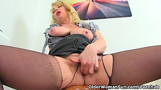 British milf Lucy Gresty works her fanny with fingers